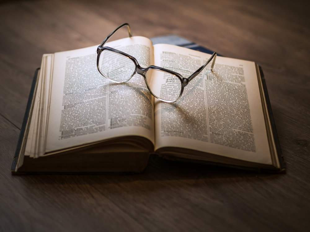 Libro e occhiali